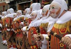 在布鲁塞尔大广场的吉勒斯跳舞在城镇厅, Shrove忏悔节的早晨前面在班什花边狂欢节的,班什花边, Hain镇  免版税库存图片