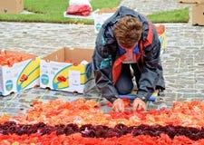 在布鲁塞尔大广场的花地毯在雨期间 库存照片