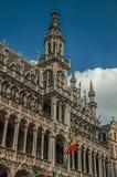 在布鲁塞尔市博物馆和比利时人旗子哥特式样式的富有地装饰的门面,在布鲁塞尔大广场 库存照片