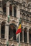 在布鲁塞尔市博物馆和比利时人旗子哥特式样式的富有地装饰的门面,在布鲁塞尔大广场 免版税库存照片