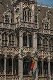 在布鲁塞尔市博物馆和比利时人旗子哥特式样式的富有地装饰的门面,在布鲁塞尔大广场 免版税图库摄影
