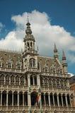在布鲁塞尔市博物馆和比利时人旗子哥特式样式的富有地装饰的门面,在布鲁塞尔大广场 免版税库存图片