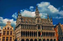 在布鲁塞尔市博物馆和比利时人旗子哥特式样式的富有地装饰的门面  库存照片