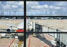 在布鲁塞尔机场,比利时的停放的飞机 库存图片