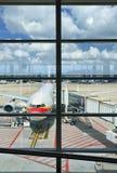在布鲁塞尔机场,比利时的停放的飞机 图库摄影