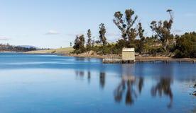 在布鲁尼岛找到的小船跳船在塔斯马尼亚,澳大利亚 免版税库存照片