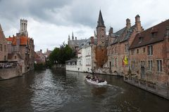 在布鲁日历史的运河的小船乘驾  免版税图库摄影