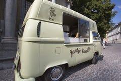 在布鲁日街道的冰淇凌汽车  免版税库存照片