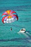 在帆伞运动的加勒比海洋 免版税库存照片