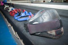 在帆布圆环的泰国拳击设备在健身房 免版税库存图片