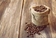 在帆布大袋的咖啡豆 库存照片