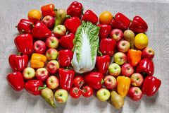 在帆布的成熟鲜美水果和蔬菜谎言 免版税库存图片