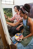 在帆布的男人和妇女绘画 免版税图库摄影