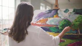 在帆布的美丽的女孩油漆 影视素材