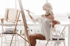 在帆布的美丽的妇女油漆 库存照片