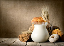 在帆布的牛奶和面包 免版税库存图片