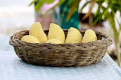 在帆布篮的黄色芒果 免版税库存图片