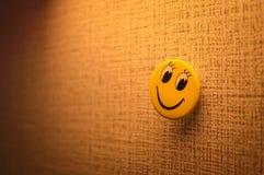 在帆布纹理的黄色微笑面孔 免版税图库摄影