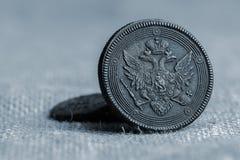 在帆布织品,硬币陈列的17世纪古色古香的硬币特写镜头 库存照片