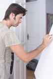 在帆布-绘画会议的年轻人图画 库存照片