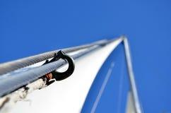 在帆柱的手铐 免版税库存图片