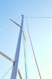 在帆柱的Staysail升降索 库存照片