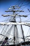 在帆柱,大航行游艇的倒塌的风帆在港口 免版税库存图片