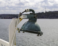 在帆船关闭的绿色金属灯 免版税库存照片