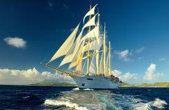 在帆船的巡航 航行 豪华游艇 免版税图库摄影
