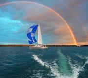 在帆船的旅途 海滩formentera海岛妇女年轻人 图库摄影