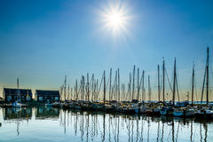 在帆船的日落在Marken历史的渔村的小港口停泊了  免版税库存图片
