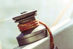 在帆船的游艇起锚机在巡航期间 免版税库存图片