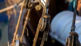 在帆船的老绳索 免版税图库摄影