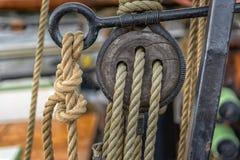 在帆船的老绳索 库存图片