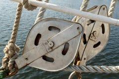 在帆船的滑轮 免版税库存图片