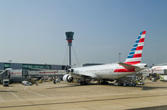 在希思罗机场的美国航空波音777飞机 免版税库存图片