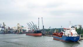 在希维诺乌伊希切口岸的货船 免版税库存照片