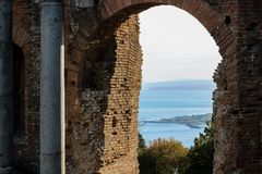 在希腊剧院的老废墟taormina的西西里岛 图库摄影
