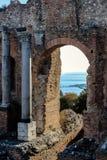 在希腊剧院的老废墟taormina的西西里岛 免版税库存图片