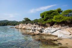 在希腊半岛Sithonia的惊人的Lagonisi海滩 免版税库存照片
