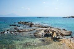 在希腊半岛Sithonia的美丽的Tigania海滩 免版税库存图片