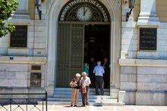 在希腊国家银行的希腊人 库存图片