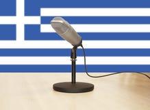 在希腊旗子前面的话筒 免版税图库摄影