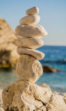 在希腊海一起堆积的白色石头 免版税库存图片