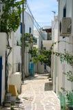 在希腊海岛上的巷道 免版税库存图片