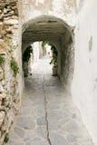 在希腊海岛上的巷道 库存照片