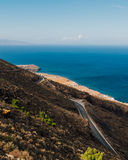在希腊海岛上的弯曲的路 免版税库存图片