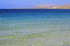在希腊海岛克利特,明白大海上的弛豫时间在干尼亚州市 免版税库存照片