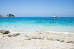 在希腊海岛凯法利尼亚岛上的Petani海滩 库存照片