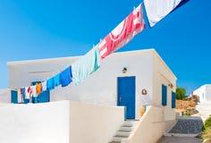 在希腊海岛房子之外的洗衣店线路 免版税库存图片